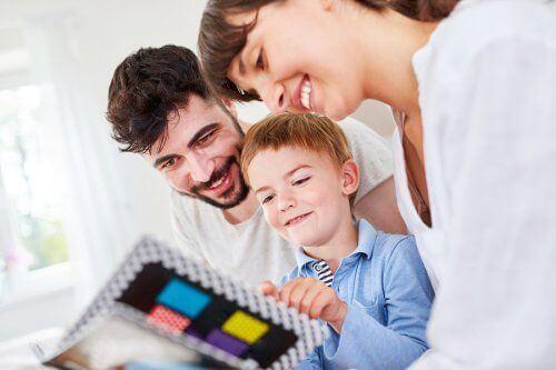 Rodzina ogląda album ze zdjęciami