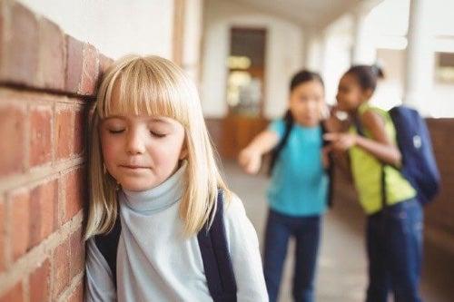 Śmianie się z samego siebie może też pomóc dziecku z poradzeniu sobie z łagodnymi problemami w relacjach z rówieśnikami.
