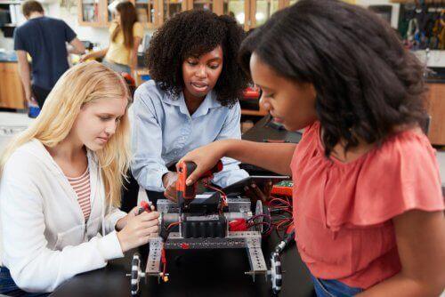 Trzy dziewczyny budujące maszynę - kobiety STEM