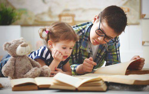 Brat czytający książkę młodszej siostrze