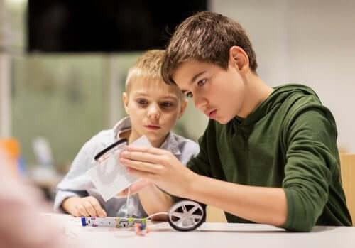 Nastoletni bracia budujący pojazd - relacje między rodzeństwem w wieku nastoletnim