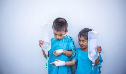 Dwoje dzieci z kroplówkami