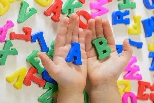 Akwizycja języka u dzieci: jak ją wspomagać?