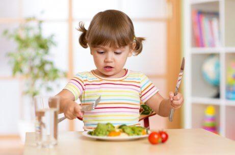 Dobre maniery przy stole opanuje już czterolatek.