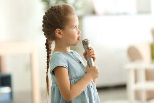 Dziewczynka mówiąca do mikrofonu