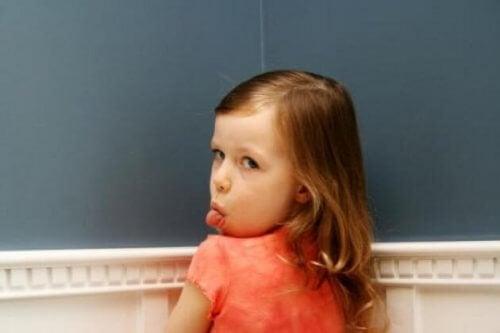 Jeżeli dziecko ignoruje i nie szanuje rodziców, trzeba wzmocnić autorytet rodzicielski.