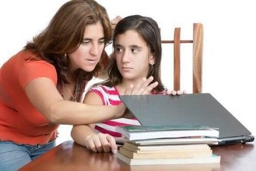Bycie rodzicem nadmiernie kontrolującym: jak tego uniknąć?