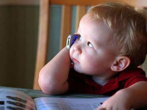 Pamiętaj o tym, że telefon lub tablet mogą opóźniać rozwój mowy u dziecka!