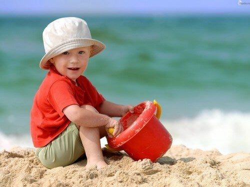 Zabawa w piasku nad morzem
