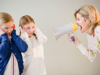Mama krzycząca przez megafon na córki