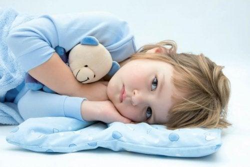Dziecko wciąż moczy się w łóżku: co jest tego powodem?