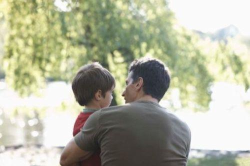 Ojciec i dziecko w parku