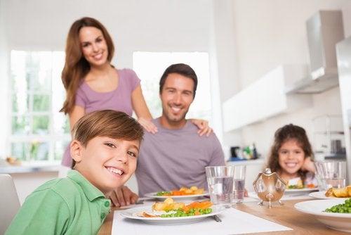 Wspólne jedzenie posiłków cementuje rodzinę.