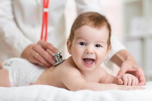 Dziecko badane przez lekarza