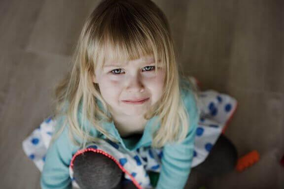 Smutna dziewczynka - jak brak uczuć wpływa na dziecko