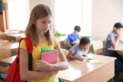 Smutna nastolatka w szkole