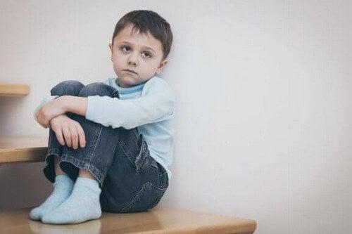 Osamotniony chłopiec - niedobór afektywny