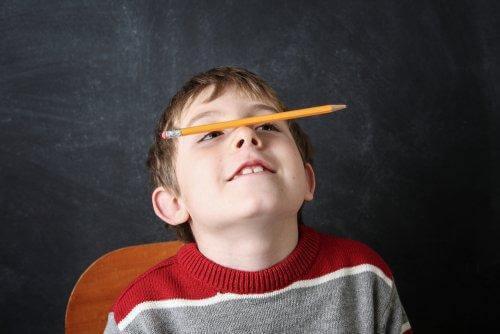 Chłopiec trzymający ołówek na nosie - stereotypie w dzieciństwie