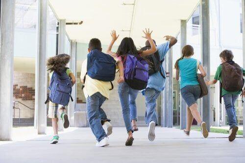 Dzieci biegną do szkoły