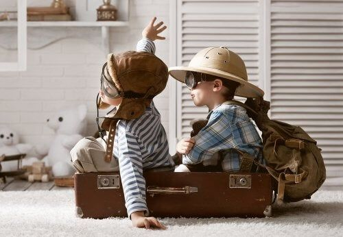 Dzieci bawią się w podróżników