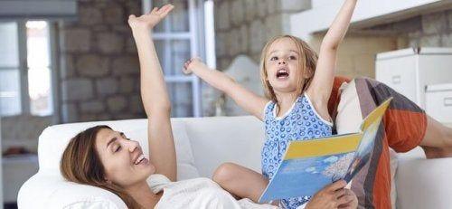 Mama i córka czytają książkę dla dzieci