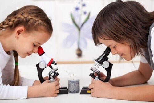 Dzieci patrzące przez mikroskopy