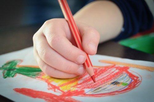 Ręka rysującego dziecka - stymulacja kreatywności dziecka poprzez rysowanie