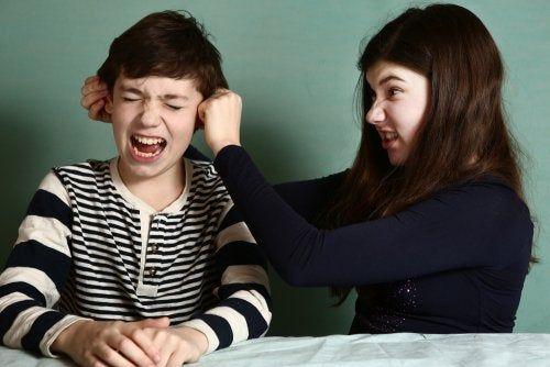 Rywalizacja między rodzeństwem: strategie, które Ci pomogą rozwiązać ten problem