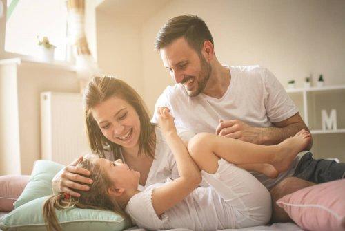 Śmiejący się mama, tata i córka