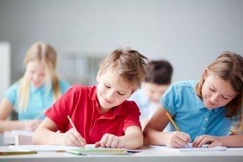 Dzieci uczą się w klasie