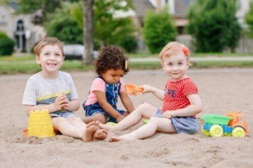 Dzieci bawiące się w piaskownicy