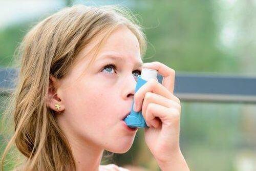 Dziewczynka używa inhalatora