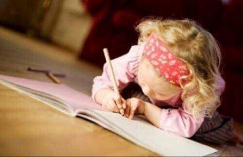 Dziewczynka pisze