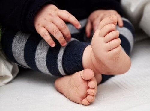 Dziecko z gołębim chodem - gdy stopy obracają się do wewnątrz