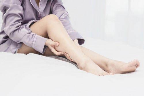 Kobieta cierpiąca na zespół niespokojnych nóg
