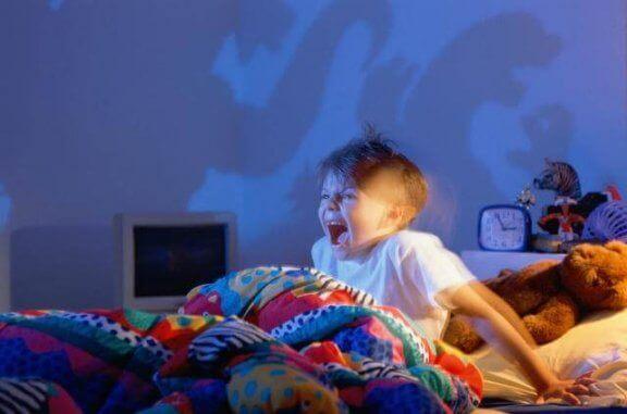 Krzyczące dziecko budzące się z koszmaru - co zrobić, gdy dziecko ma koszmary