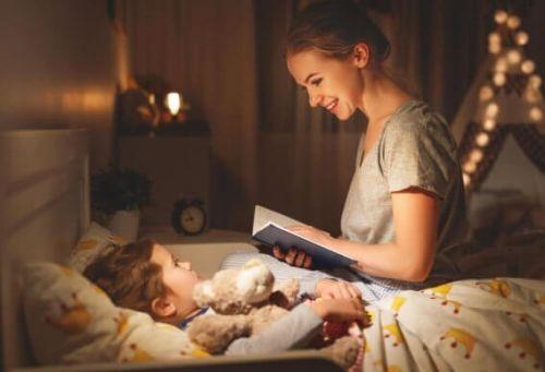 Mama czyta dziecku wieczorem
