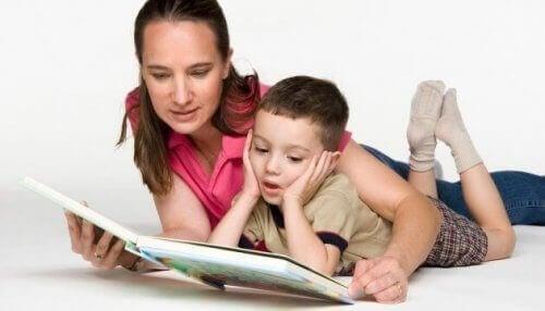 Mama i syn czytający książkę - jak wychować dwujęzyczne dziecko