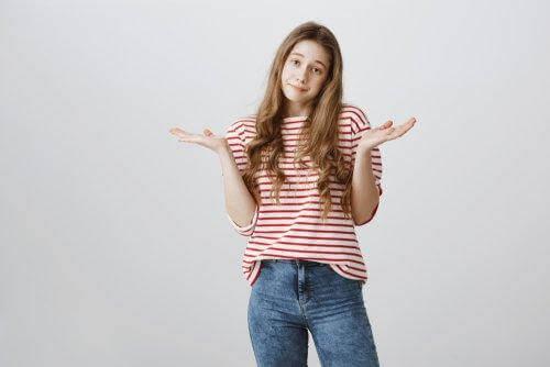 Nastolatka rozkładająca ręce