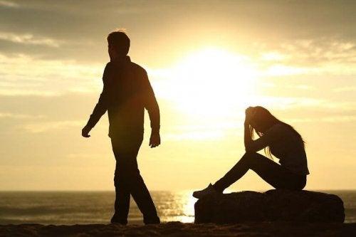 Odchodzący mężczyzna i załamana kobieta - rozstanie z partnerem