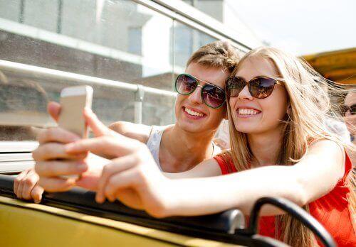 Para robiąca sobie selfie