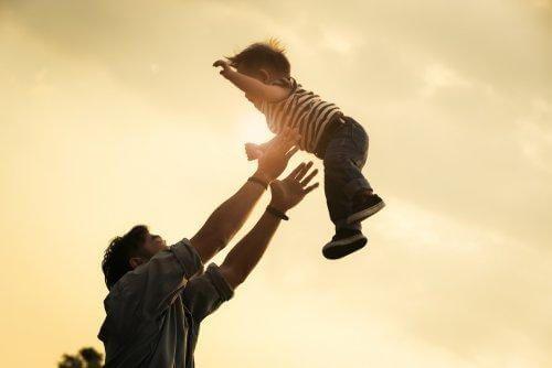 Podrzucanie dziecka - jego efektem może być pronacja łokcia