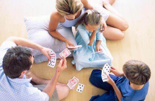 Rodzina grająca w karty