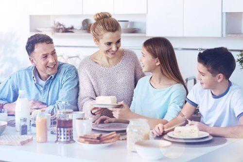 Rodzina jedząca razem śniadanie - jak okazać miłość rodzinie