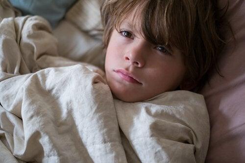 Smutny chłopiec w łóżku - gdy dziecko ma koszmary