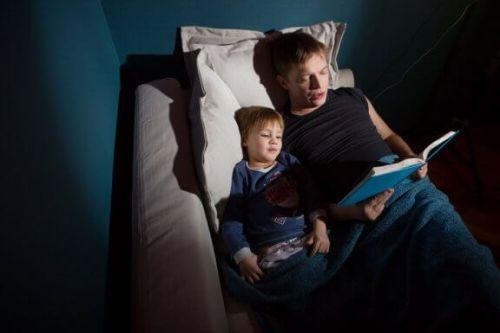 Tata czyta dziecku przerażające historie