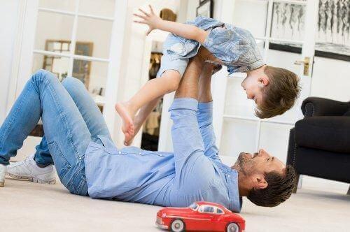 Tata podnosi dziecko