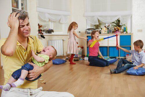Zestresowany tata opiekujący się krzyczącymi dziećmi