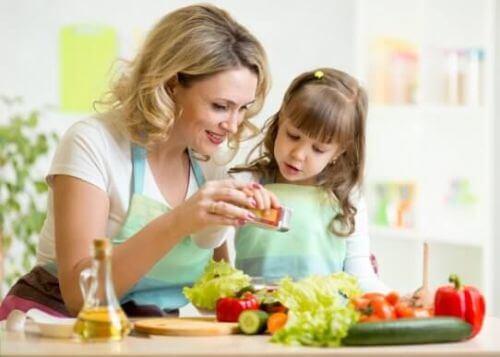 Jak zająć dziecko podczas szykowania posiłków? Poznaj kilka przydatnych rad!