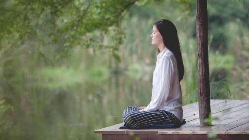 Kobieta medytuje